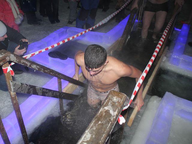Миасцам напомнили правила безопасности во время купания в Крещение