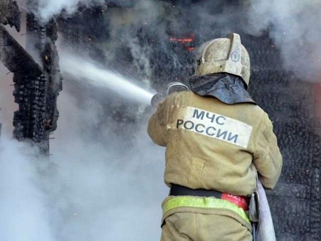 Пожарные Миасса за ночь спасли от огня автомобиль и деревянный дом