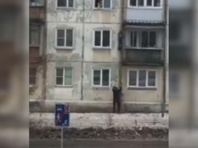 Южноуралец спас мальчика, который пытался спуститься с четвертого этажа