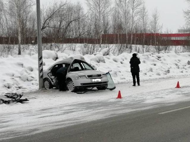Погиб взрослый, ранен ребенок: на южноуральской трассе женщина на Audi протаранила столб