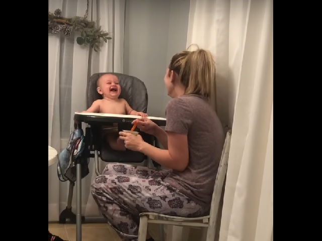 Смеялась вся Сеть: мама показала необычный лайфхак, как развеселить младенца