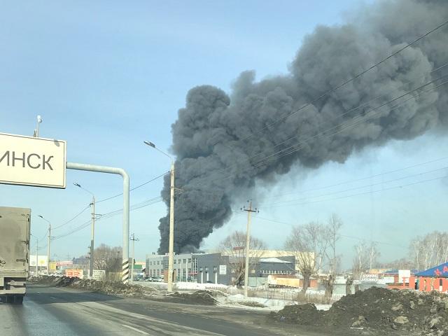 Дым до неба: в Челябинске полыхает цех по производству пищевой плёнки