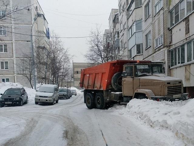 В России появятся штрафы за парковку грузовиков и такси во дворах