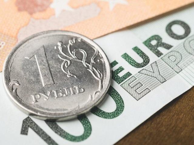 Курс евро впервые за полгода превысил 72 рубля