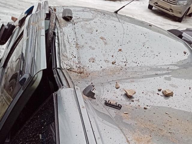 На Южном Урале часть балкона обрушилась на автомобиль