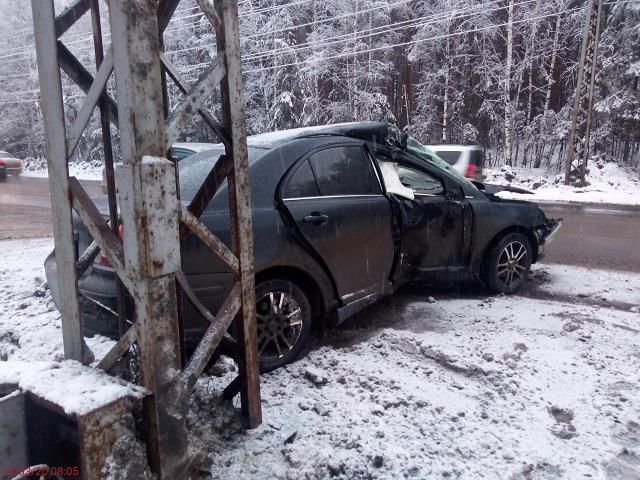 Пассажира увезли на скорой: в Миассе водитель протаранил электроопору