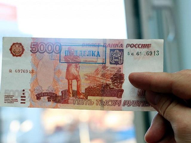 На Южном Урале сотрудница микрозаймов расплатилась в магазине поддельной купюрой