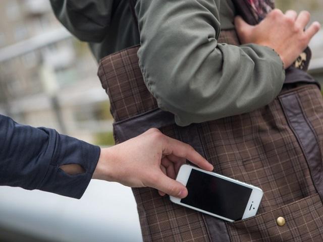 Жительница Миасса лишилась наличных и телефона после прогулки с малознакомым молодым человеком