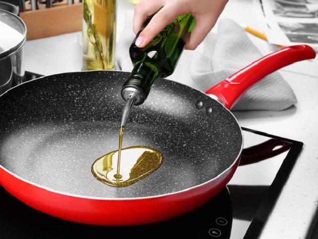 Яд в сковородке: названы самые опасные масла для жарки