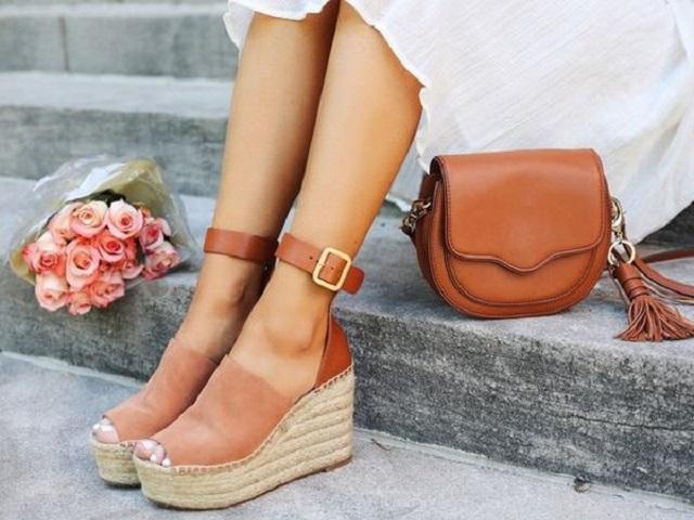 Восемь пар обуви на лето стоимостью до 2000 рублей