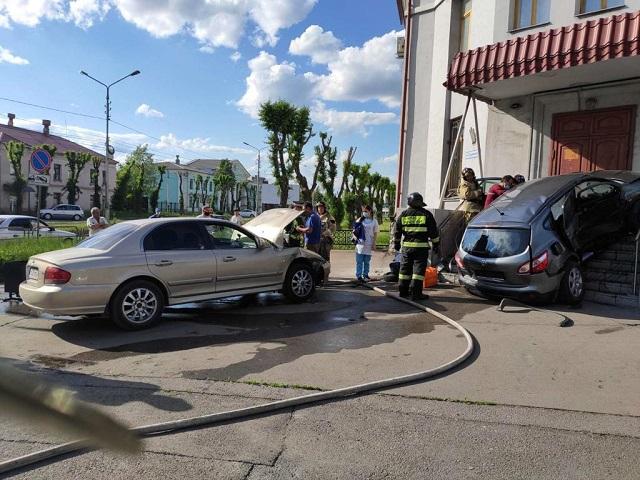В Челябинской области женщина за рулём кроссовера протаранила крыльцо здания
