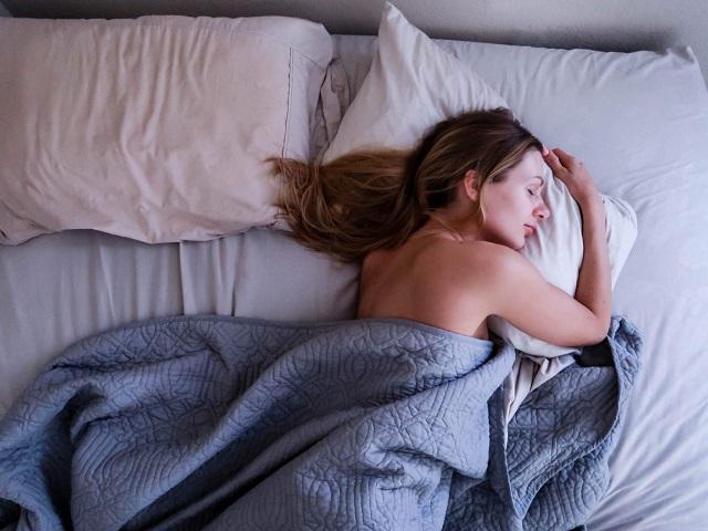 Спи и худей: медики назвали приятный способ сжечь за ночь калории