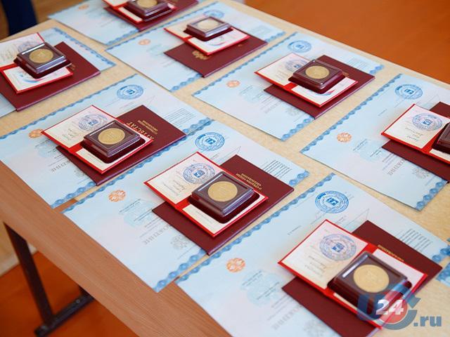 В Южноуральске выпускникам вручили аттестаты и медали