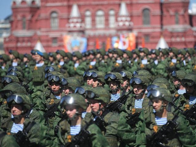 Российским военнослужащим и силовикам повысят оклады