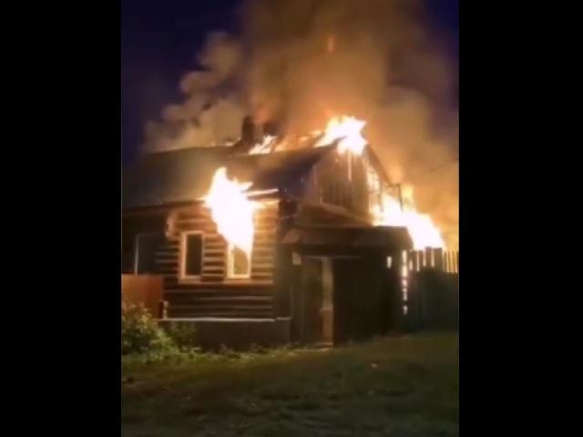 Две семьи остались без жилья: в Миассе ночью сгорел дом