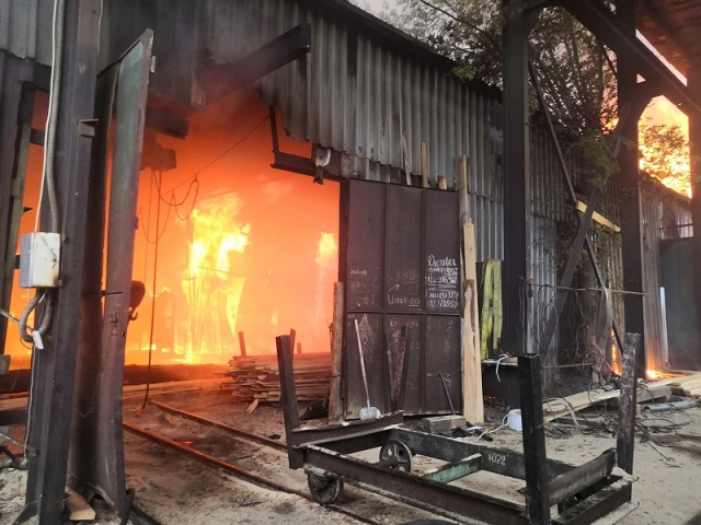 Челябинские огнеборцы потушили крупный пожар в деревообрабатывающем цехе