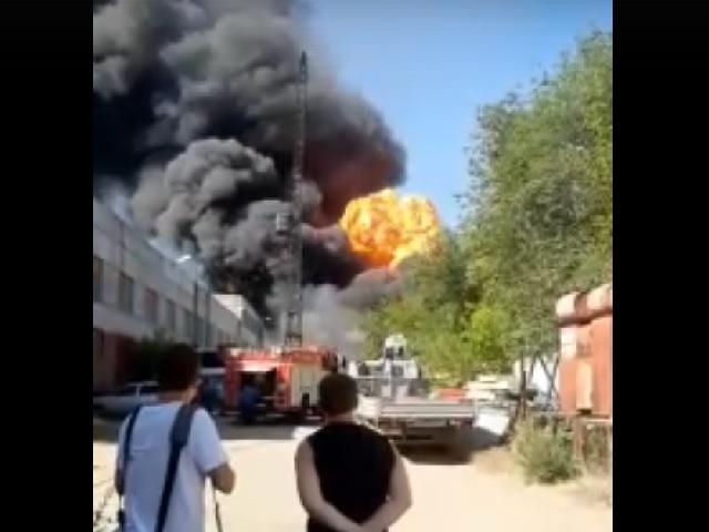 В Челябинске тушат сильнейший пожар. Густой дым виден со всего города