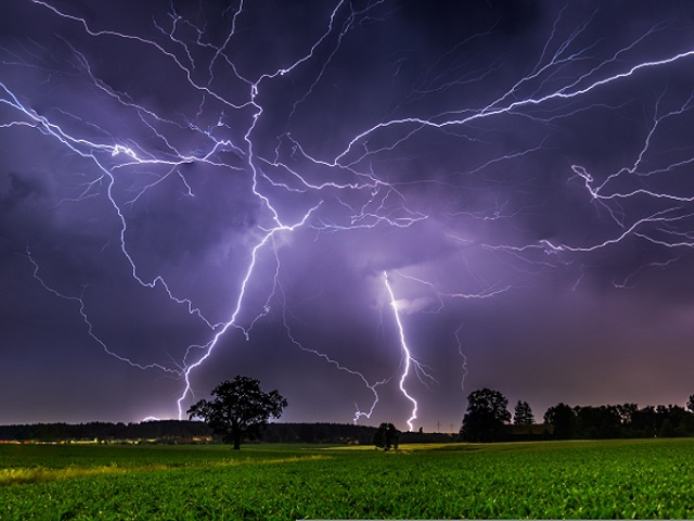 В Златоусте мужчина погиб от удара молнии