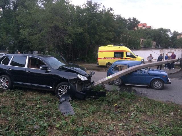 На Южном Урале 22-летний бесправник на Porsche обрушил бетонный столб на проезжающую «Ниву»