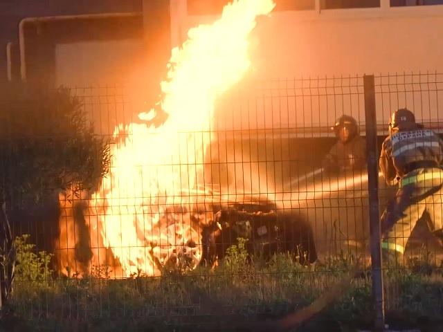 Миасские пожарные потушили автомобиль, вспыхнувший во дворе многоэтажки