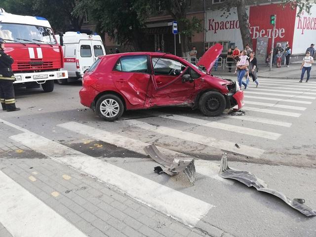 Пострадали трое: в Челябинске легковушку выбросило на остановку после жёсткого ДТП