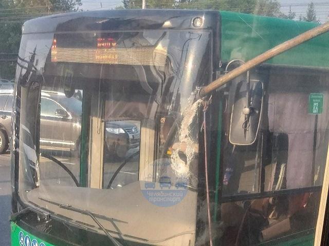 Водитель чудом остался жив: на Южном Урале штанга троллейбуса пробила окно автобуса