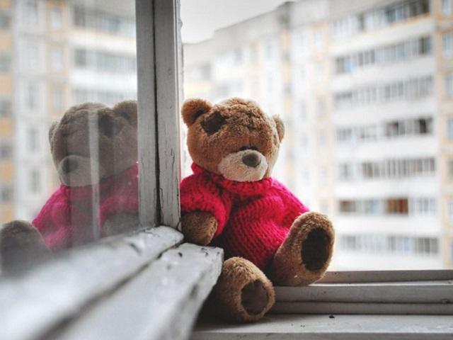 В Челябинской области двухлетний малыш выпал из окна