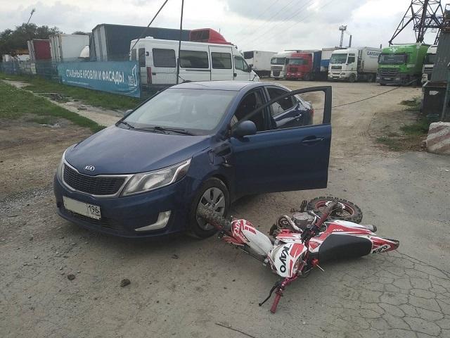 В Челябинске водитель легковушки сбил бесправного мотоциклиста