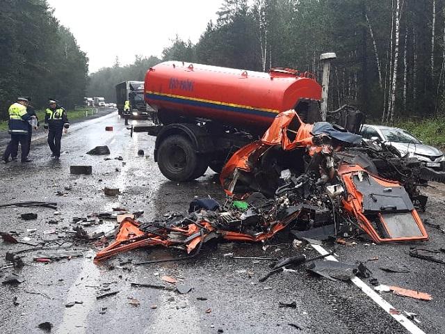 Водитель большегруза погиб на трассе М-5 в лобовом столкновении с фурой