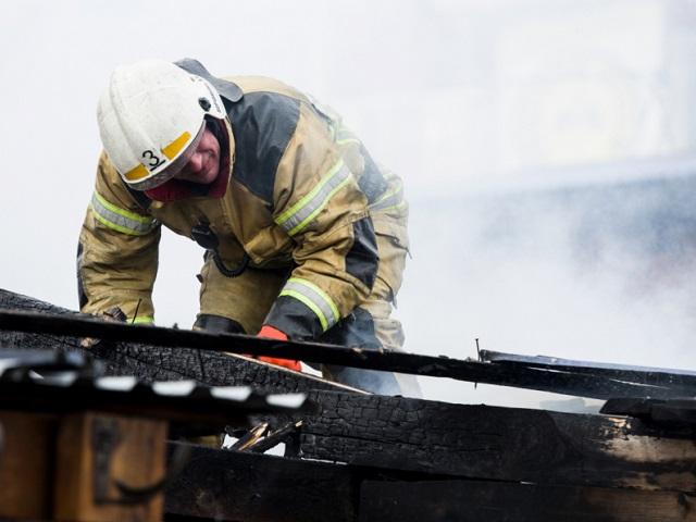 В Миассе пожарные отстояли деревянный дом