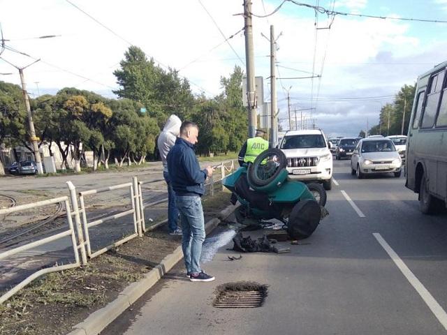 В Челябинске перевернулся мотоцикл с коляской. Водитель в больнице