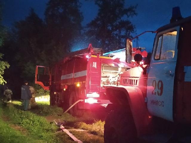 В Миассе пожарные тушили вспыхнувшую деревянную баню