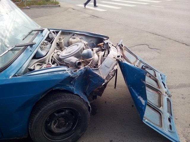 Подросток за рулём легковушки устроил аварию в Миассе