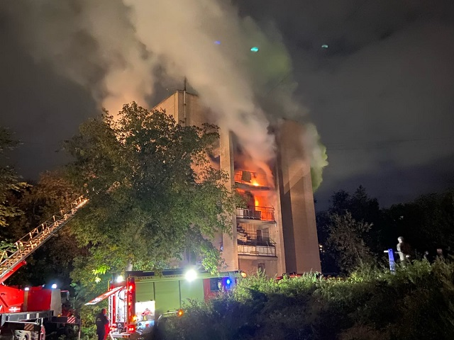 Миасские пожарные эвакуировали более 30 человек из горящей пятиэтажки