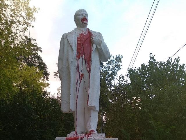 Неизвестные обезобразили памятник Ленину в центре Миасса