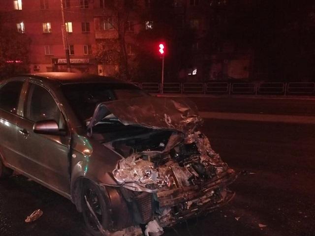 Пассажирка – в больнице: в Челябинске водитель «ГАЗели» протаранил иномарку на перекрёстке