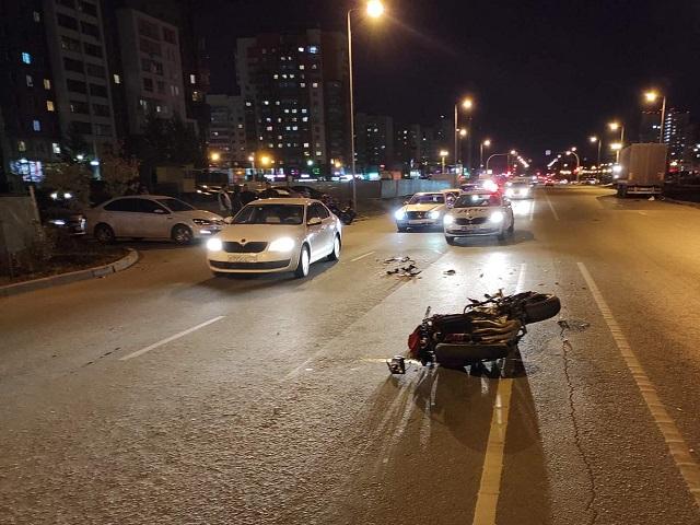 В Челябинске мотоциклист разбился в ДТП из-за ошибки женщины за рулём кроссовера