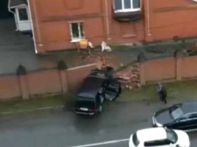 В Челябинске водитель внедорожника пробил кирпичный забор коттеджа
