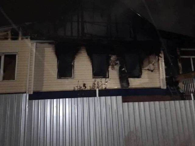 Миасские пожарные тушили вспыхнувший ночью дом