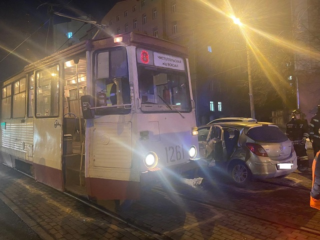 В Челябинске Opel Corsa столкнулся с трамваем