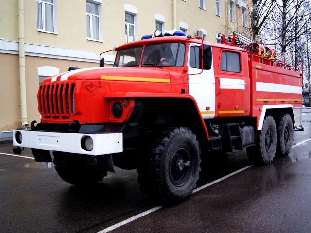 В Челябинской области пожарные спасли запертого в квартире ребенка