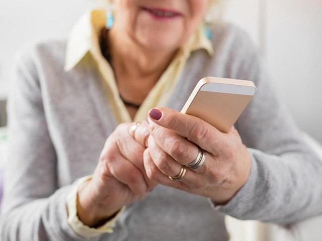 Южноуральская пенсионерка не успела перевести все деньги мошеннику из-за разрядившегося мобильника