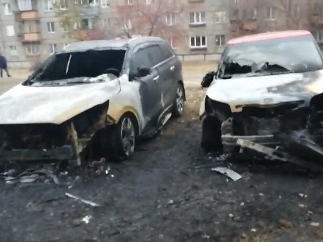 В Челябинской области во дворе загорелись четыре иномарки