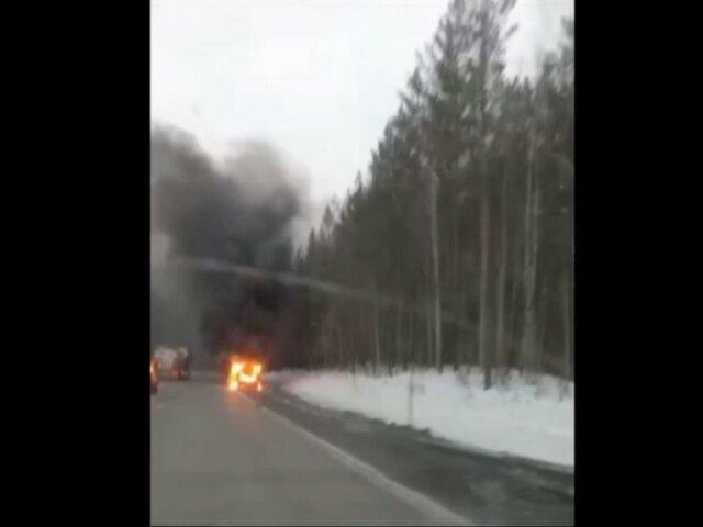 В Челябинской области на трассе на ходу загорелась легковушка
