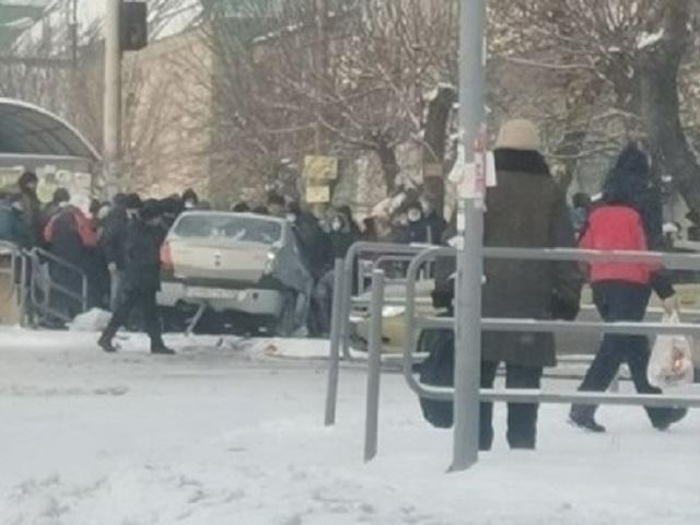 В Челябинской области автомобиль вылетел на тротуар и сбил людей
