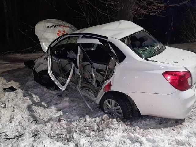 В Челябинской области автомобиль такси врезался в столб и дерево
