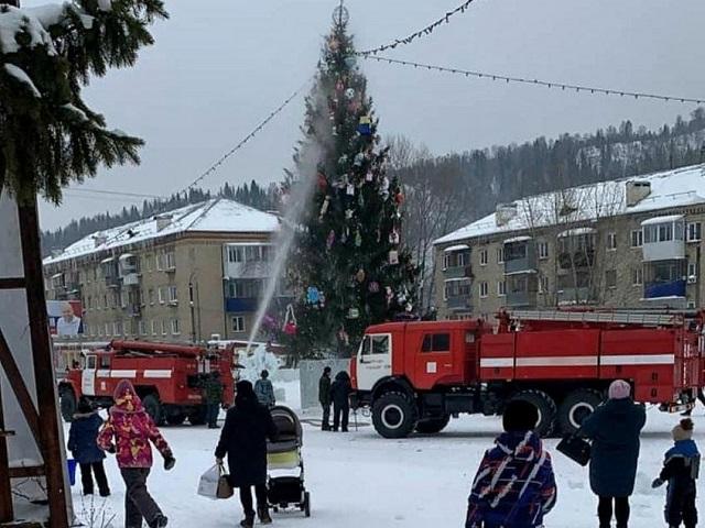 «Елочка горит!»: на площади южноуральского города едва не сгорела елка