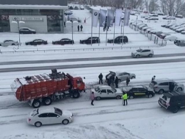 На Южном Урале мусоровоз помог вытянуть застрявшую на рельсах машину