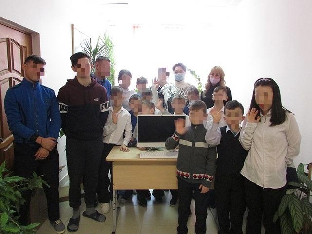 Леонид Якубович подарил воспитанникам южноуральского интерната компьютер