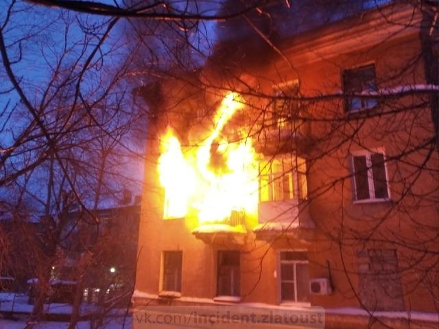 В Златоусте пожарные спасли из горящего дома десять человек